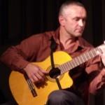 Beeindruckendes Gitarrenspiel des russischen Musiklehrers