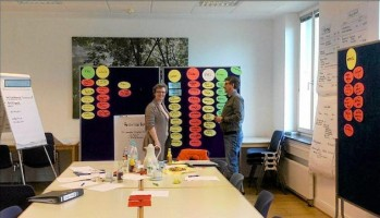 Unternehmensplanspiel-mit-Schuelern-des-Nepomucenums-Oeffentliche-Schlusspraesentation-Firmen-Tipps-fuer-die-Zukunft_image_630_420f_wn