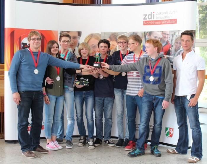 Das erfolgreiche Team Robotron mit Informatiklehrer Jens Brumma