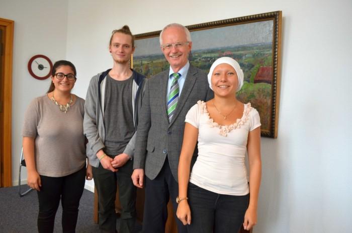 SOR-Gruppe (Jene Karbro, Felix von dem Borne, Angela Han) bei Bürgermeister Heinz Oehmann