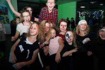 160 Begeisterte Schüler der Klassen fünf bis sieben rockten vergangenen Freitag die Tanzfläche